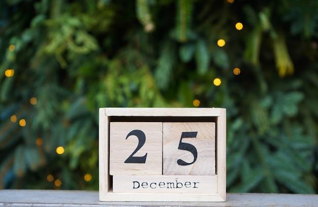 Calendário de madeira com data de natal na parede da árvore de natal.