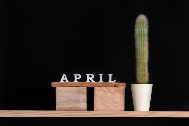 Calendário de madeira de abril e cacto