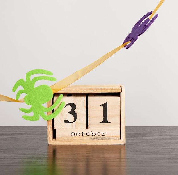 Calendário de madeira de cubos com a data 31 de outubro