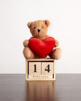 Calendário de madeira de cubos com a data de 14 de fevereiro