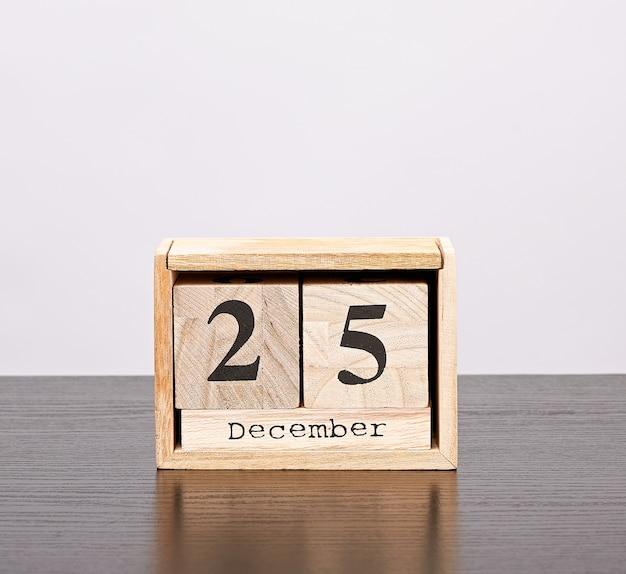 Calendário de madeira de cubos com a data de 25 de dezembro