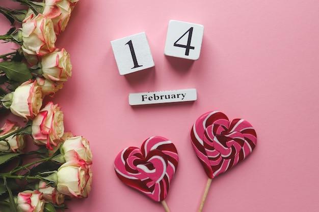 Calendário de madeira de fevereiro, lindas flores e doces em forma de coração