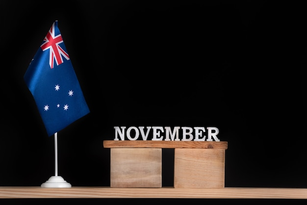 Calendário de madeira de novembro com a bandeira australiana em fundo preto. férias da austrália em novembro.