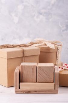Calendário de madeira em branco vazio e caixas de presente kraft.