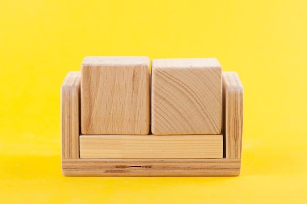 Calendário de madeira em branco vazio em amarelo.