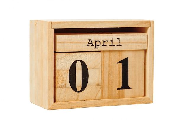Calendário de madeira isolado no branco
