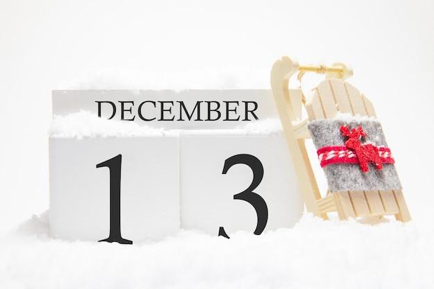 Calendário de madeira para 13 de dezembro do mês de inverno.
