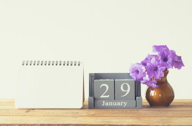 Calendário de madeira vintage para 29 de janeiro dia na mesa de madeira