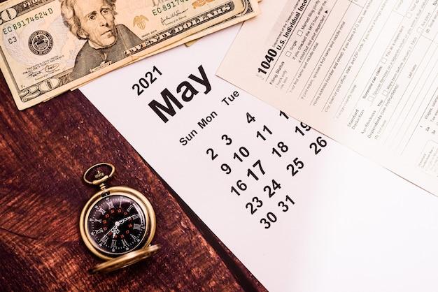 Calendário de maio e 1.040 formulários fiscais.