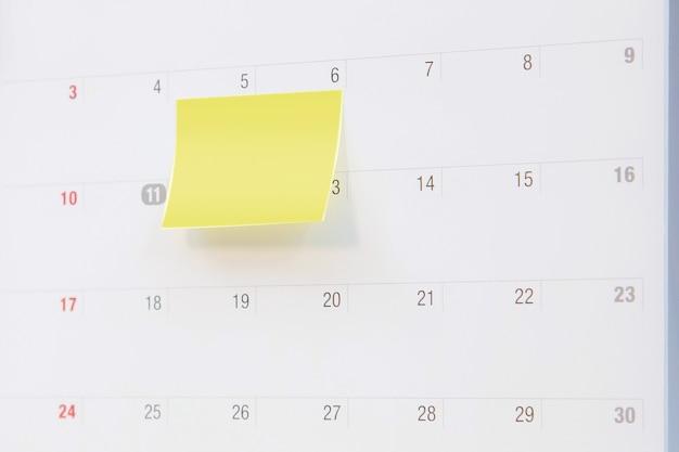 Calendário de mesa em branco com nota de papel.