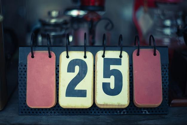 Calendário de mesa estilo retro em cafeteria