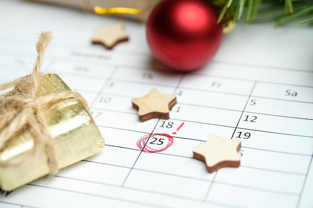 Calendário de natal com data marcada e enfeites