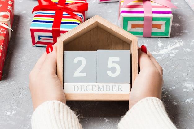 Calendário de natal em fundo colorido