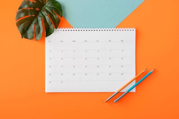 Calendário de planejador plano com folha monstera