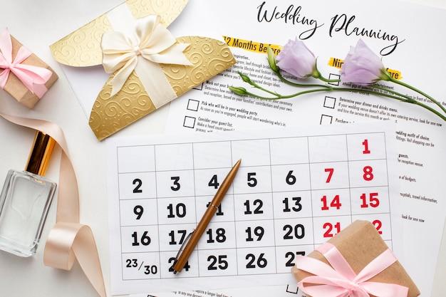 Calendário de vista superior e caixas de presente de casamento