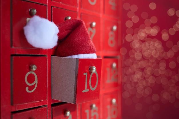 Calendário do advento em madeira vermelha com surpresa para o natal.