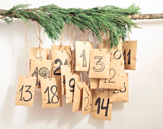 Calendário do advento feito à mão. sacos de presente pendurados na corda. conceito ecológico de presentes de natal