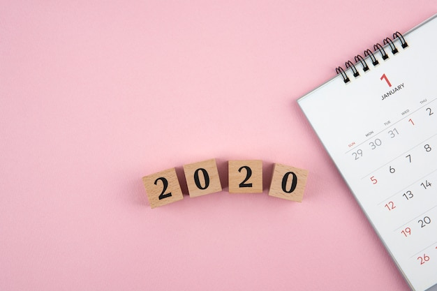 Calendário do ano novo 2020 em fundo rosa
