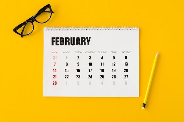 Calendário do planejador de camada plana em fundo amarelo
