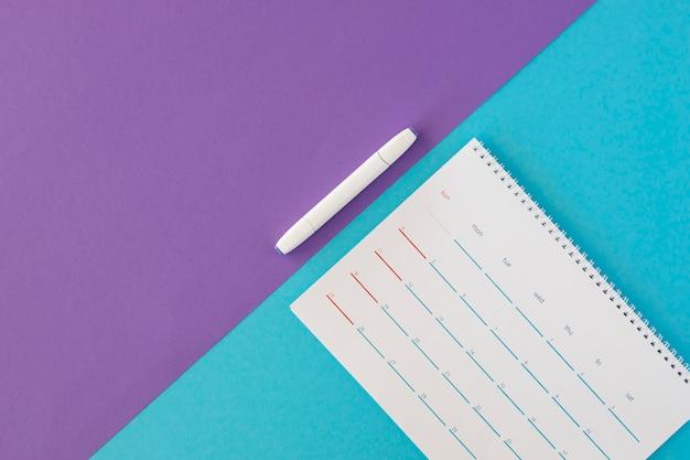 Calendário e marcador de papelaria de vista superior