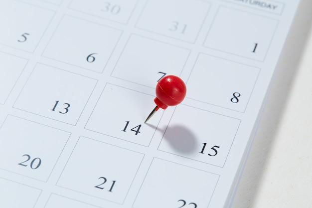 Calendário e pino vermelho em 14 de fevereiro