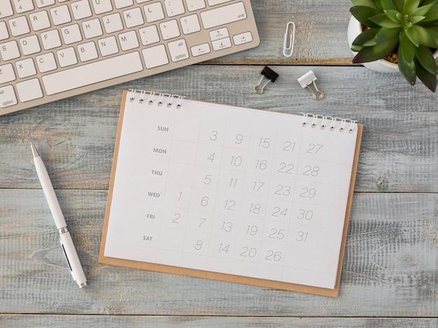 Calendário e teclado de mesa plano