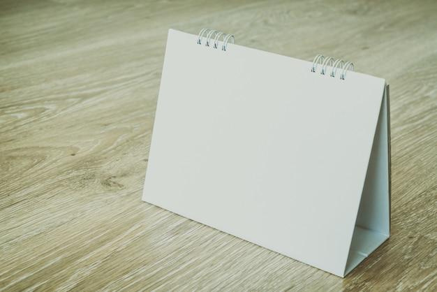 Calendário em branco no fundo de madeira