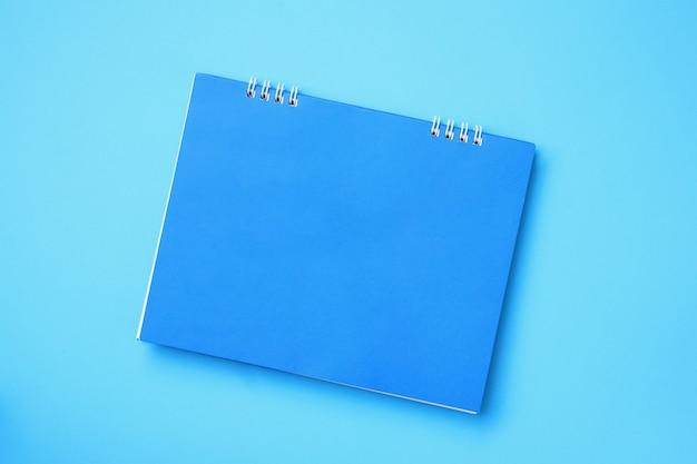 Calendário em branco vazio sobre fundo azul