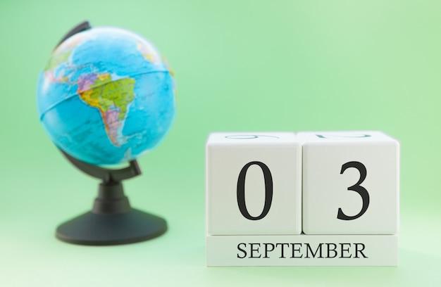 Calendário feito de madeira com 03 dia do mês de setembro