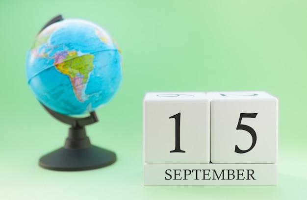 Calendário feito de madeira com 15 dias do mês de setembro