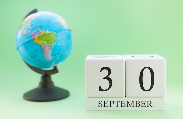 Calendário feito de madeira com 30 dias do mês de setembro