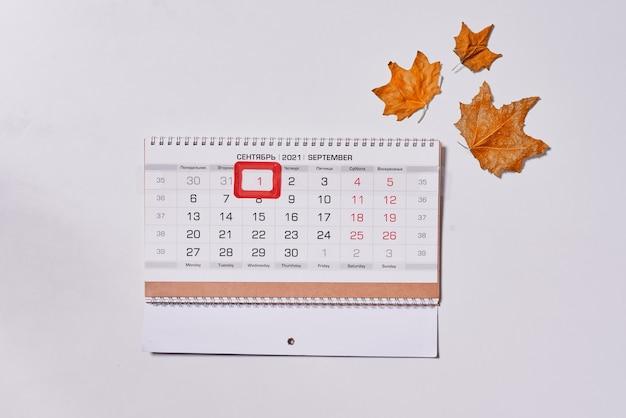 Calendário mensal de setembro e folhas de outono no fundo branco vista superior vista aérea de outono mon ...