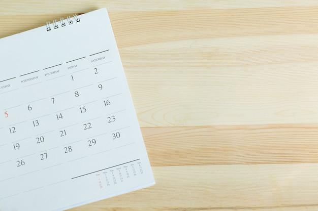 Calendário na mesa de madeira. espaço vazio da cópia para o texto. conceito para cronograma ocupado organizar programação