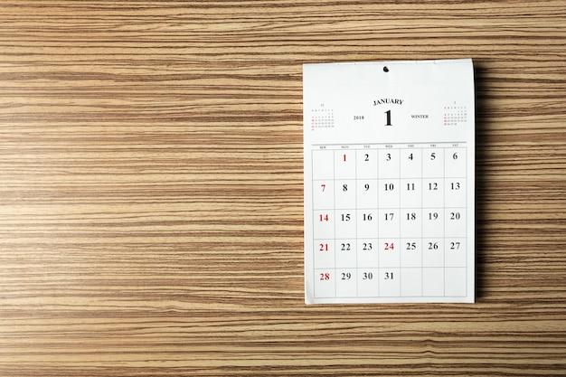 Calendário na mesa de madeira