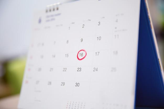 Calendário na mesa para o planejamento de idéias.