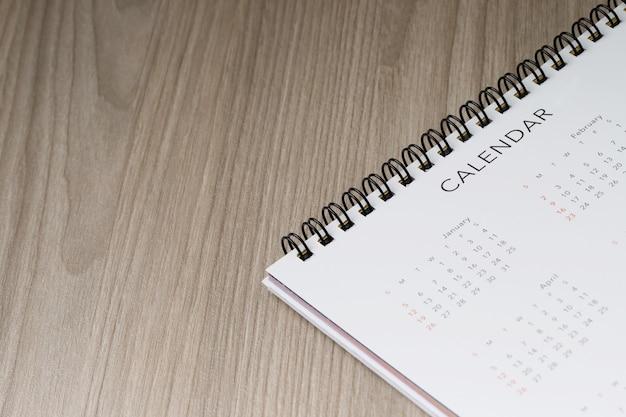 Calendário para feriados anuais dos trabalhadores de escritório em cima da mesa