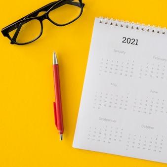 Calendário plano e óculos de leitura
