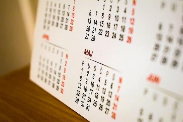 Calendário sobre a mesa