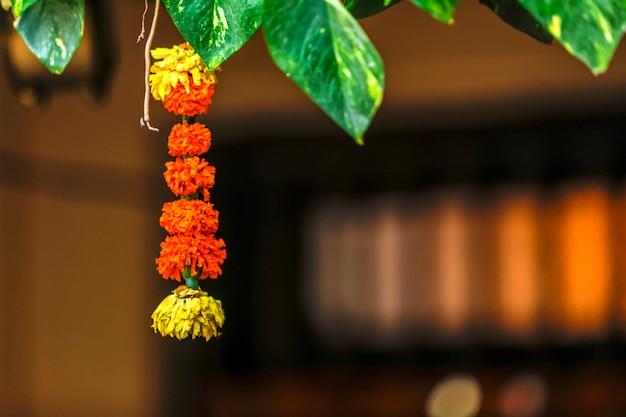 Calêndula flor e decoração de folhas verdes na porta para boas-vindas