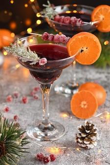 Cálice com cranberry margarita com cranberries cristalizadas, alecrim e tangerina