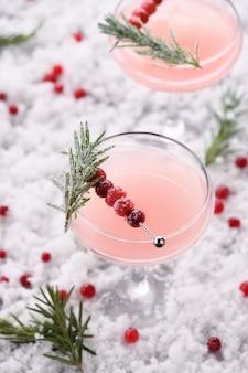 Cálice com cranberry margarita com cranberries cristalizadas, alecrim.