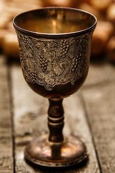 Cálice medieval e rolhas de vinho