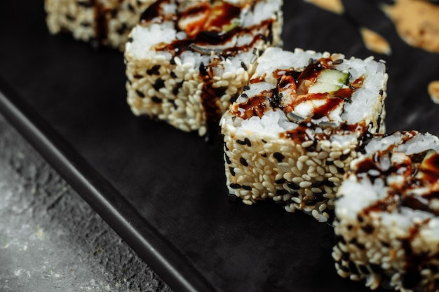 California roll sushi com enguia defumada, pepino e abacate. menu de sushi. comida japonesa.