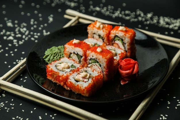 Califórnia rolo de caranguejo creme de queijo gengibre wasabi vista lateral