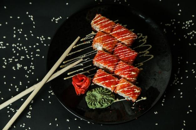 Califórnia rolo de caranguejo creme de queijo gengibre wasabi vista superior