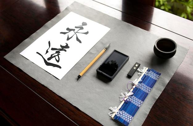 Caligrafia japonesa em papel e arranjo de ferramentas