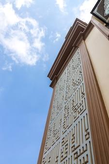 Caligrafia na parede da mesquita