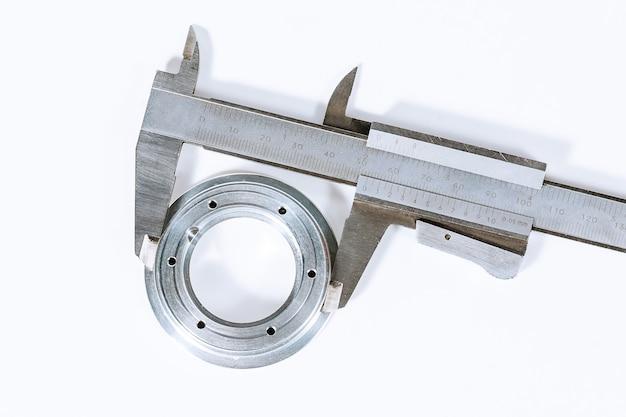 Calipers. dispositivo de medição moderno. precisão da medição. medindo o diâmetro de um círculo em um fundo branco.
