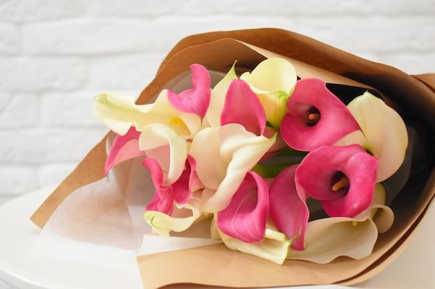 Callas adoráveis lindas em papel ofício elegante na mesa branca.
