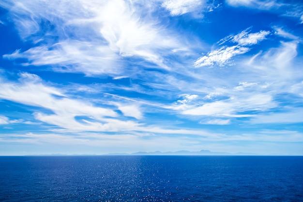 Calma água azul do mar e horizonte de céu
